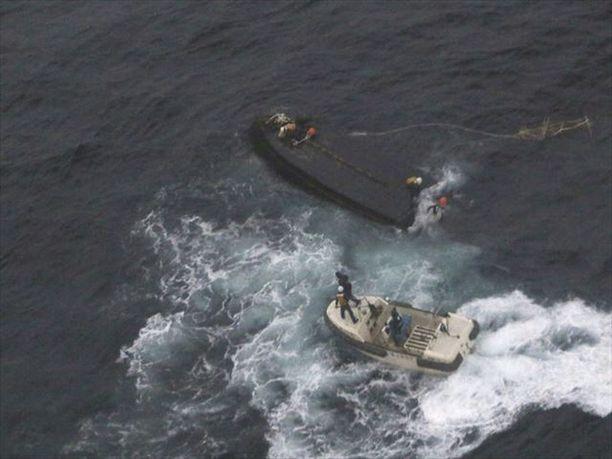 Japanilaiset pelastivat kaatuneesta veneestä viime marraskuussa kolme pohjoiskorealaista kalastajaa. Loput yhdeksän katosivat.
