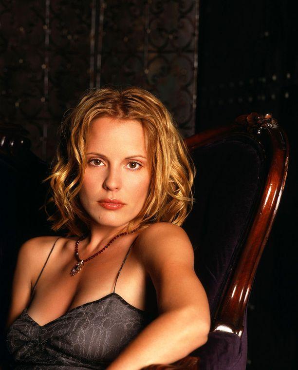 Emma Caulfield tuli sarjaan sen kolmannella tuotantokaudella. Anya Jenkins -nimellä teiniporukoihin soluttautunut kostodemoni menetti voimansa ja joutui opettelemaan ihmisten tavoille.