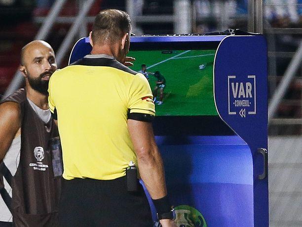 Erotuomari Nestor Pitana tekee VAR-tarkastusta Copa American avausottelussa Brasiliassa. Videotarkistukset ovat pienentäneet kotiedun merkitystä selvästi ympäri maailman.