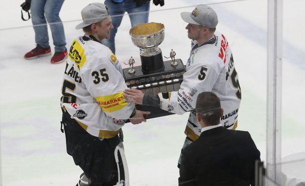 Veini Vehviläinen pääsi nostamaan Kanada-maljaa yhdessä Lasse Kukkosen kanssa.