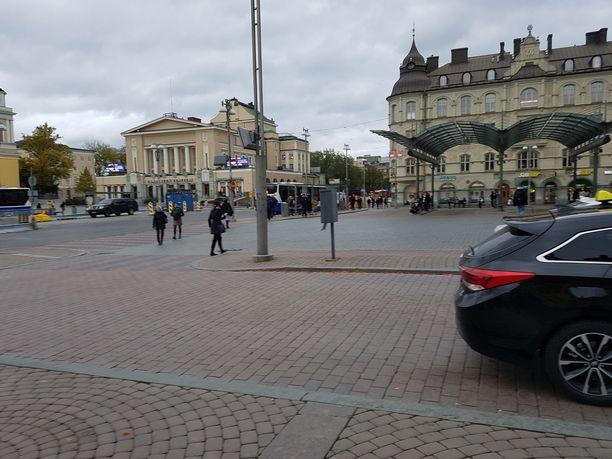 Tällä alueella taksitolpan ja suojatien välisellä alueella Tampereen Keskustorilla tapahtui törkeä pahoinpitely viime perjantain ja lauantain välisenä yönä noin kello 02.