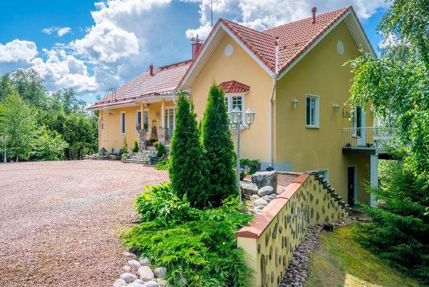 Talo on rakennettu osittain rinteeseen.