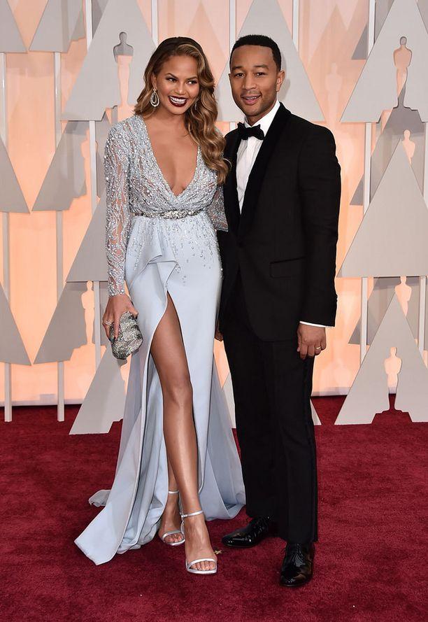 Huippumalli Chrissy Teigen ja puoliso, muusikko John Legend.