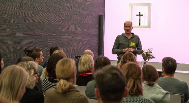 Kirkon Ulkomaanavun Helsingin toimistossa vietettiin hiljainen hetki ebolaan menehtyneen työntekijän muistoksi tiistaina.