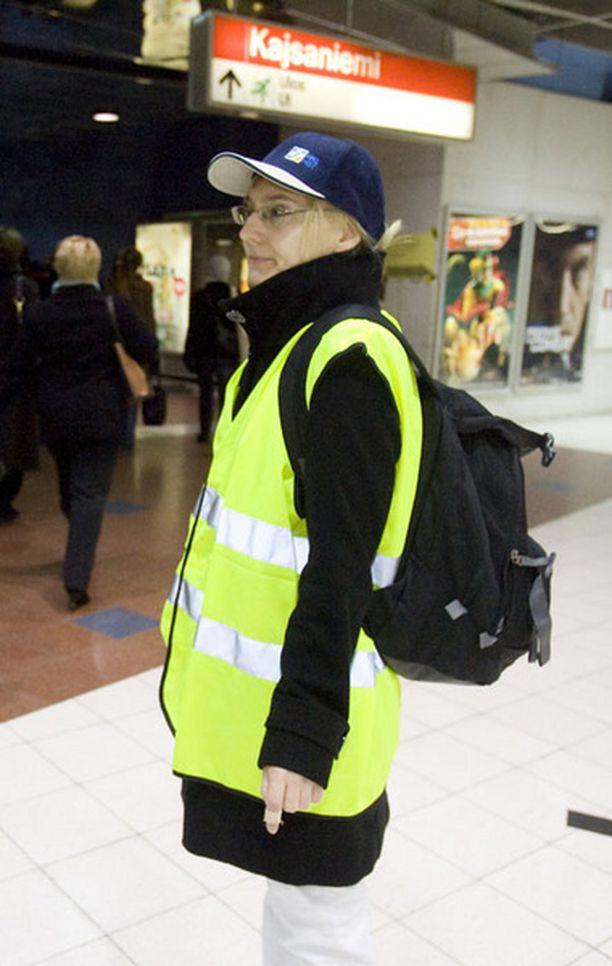 Viestintäsuunnittelija Suvi Lahti auttoi matkustajia Kaisaniemen metroasemalla.