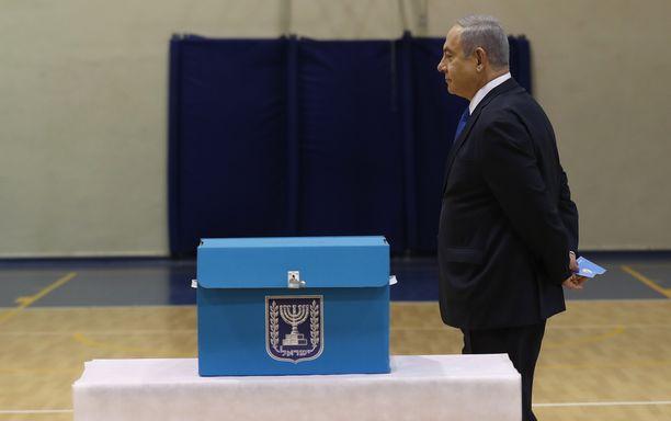 Pääministeri Benjamin Netanjahu äänestyspaikalla Jerusalemissa.