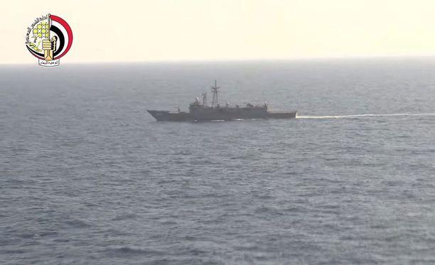 Egyptin puolustusministeriön videolta otetussa kuvassa näkyy Egyptin laivaston alus pudonneen koneen etsintätoimissa.