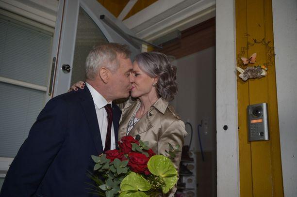 Antti Rinne ja Heta Ravolainen-Rinne jakoivat suudelman kotiovellaan Mäntsälässä.
