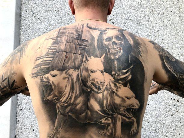 Taavi Vartiaisen selkään on tatuoitu hänen sairaudestaan kertova kuva.