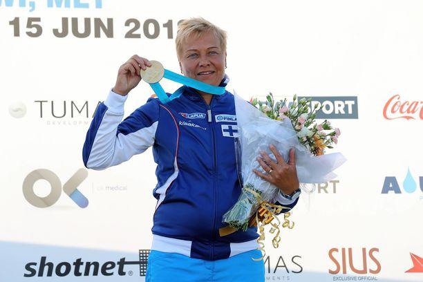 Satu Makelä-Nummela juhlii kuvassa maailmancupin voittoa vuonna 2018.
