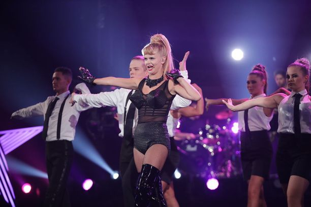 Erika Vikman oli lavalla kuin Madonna laulaessaan Vogue-hittiä.