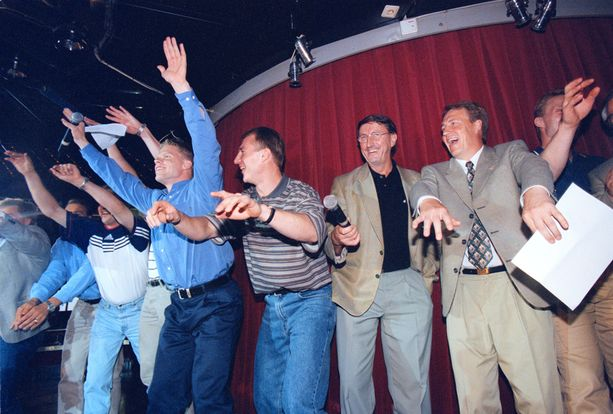 Curt Lindström, Hannu Aravirta ja muut vuoden 1995 kultasankarit esittivät Den glider in -biisin Viking Mariellan yökerhossa.