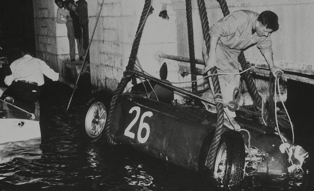 Alberto Ascarin ajokki naarattiin satama-altaasta vuonna 1955.