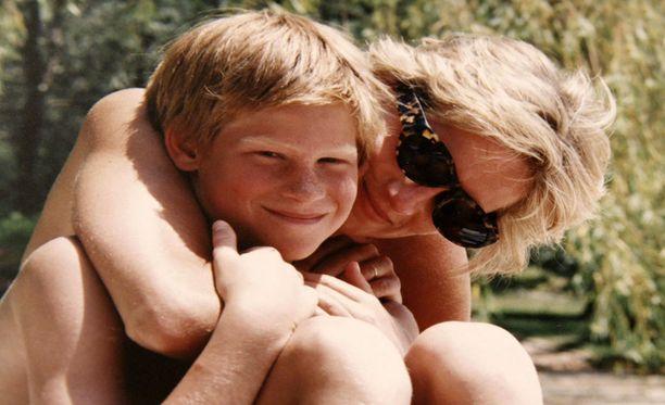 Harry äitinsä kanssa.
