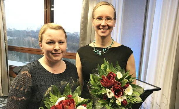 Tiina Nikkanen (vas) ja Anu Mähönen palkittiin Savuttomat vauvat -kampanjan kehittämisestä. Savuttomat vauvat -kampanja alkoi Hämeenlinnasta, mutta on nyt käytössä jo muuallakin Suomessa.