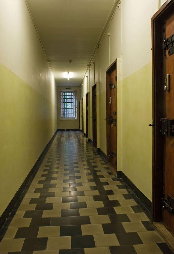Lucernen vankilahotellin käytävä on karu ja kapea.
