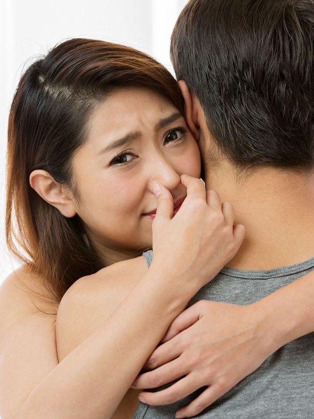 Ilmoille päässyt yllätys voi karkottaa tai myös lujittaa ihmissuhdetta, jos sille osataan nauraa yhdessä.