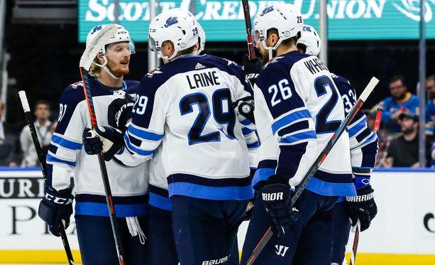 Patrik Laine joutui puolustamaan kotimaataan muille Jetsin pelaajille.