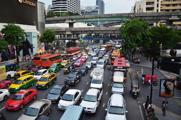 Bangkokin liikenne on ruuhka-aikaan varsin tukkoista.