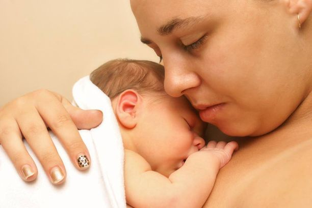 Äitiä laskutettiin siitä, että hän piti vastasyntynyttä vauvaa sylissään. Kuvituskuva.