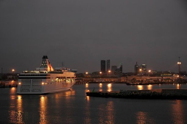 Nuori mies hyppäsi Baltic Queen-laivan kuudennesta kerroksesta yöllä. Kuvituskuva.