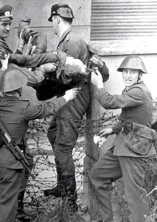 Rajaa vartioivat sotilaat ampuivat Peter Fechterin kuoliaaksi tämän yrittäessä paeta Itä-Berliinistä 17.8.1962. Valokuva löytyi Stasin arkistosta muurin murruttua.