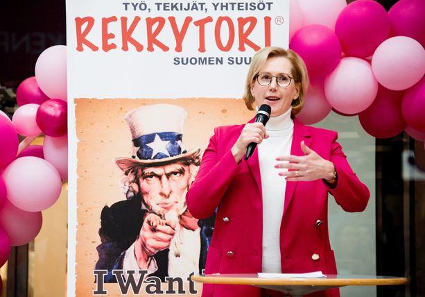 Työministeri Tuula Haatainen (sd) on kiertänyt ympäri Suomea tutustumassa yrityksiin, jotka kertovat kärsivänsä osaajapulasta.
