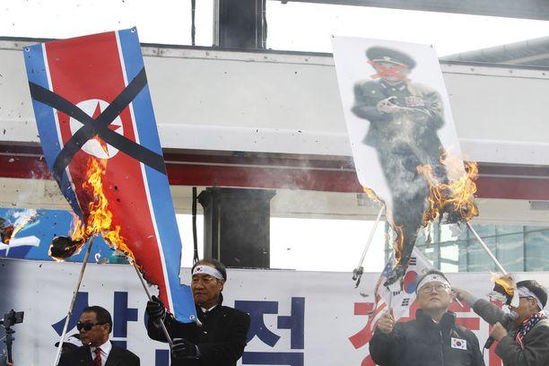 Etelä-Koreassa osoitettiin mieltä Kim Yong-cholin vierailua vastaan helmikuussa.
