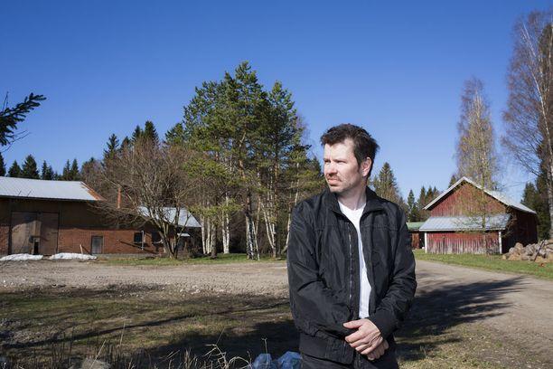 Eero Vilokki menettämänsä maitotilan edustalla. Marjopuron tilan omistaa nyt Maitopuro Ay. Yrityksen taustalla vaikuttaa MTK:n paikallisyhdistyksen puheenjohtaja vaimonsa kanssa.