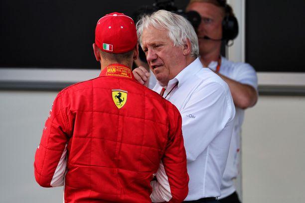 Charlie Whiting jaksoi selittää kuskeille rangaistusten perusteet. Tässä kuunteluoppilaana on Ferrarin Sebastian Vettel.