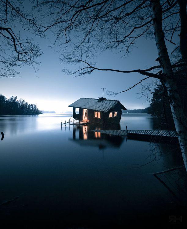 Roope Honkapirtti kahlasi kylmissään Tampaja-järvessä viemässä öljylampun saunaan. Hän vietti vinossa saunamökissä noin vartin.