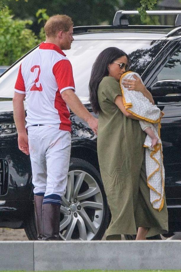 Herttuatar Meghan ei laskenut vauvaansa käsistään hetkeksikään. Paikalla ei näkynyt rattaita.
