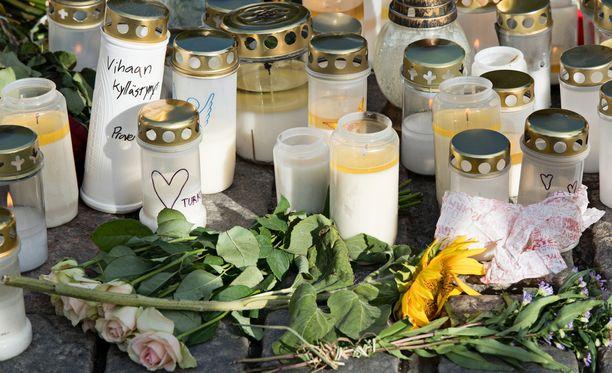 Turun keskusta täyttyi kukista ja kynttilöistä elokuisten puukotusten jälkeen.