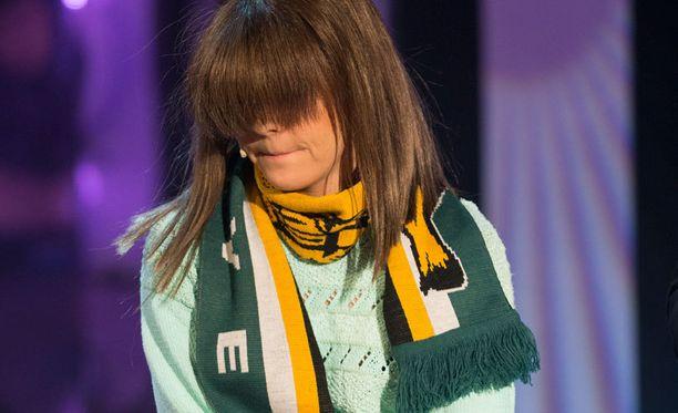 Sanna-Raipe (Armi Toivanen) esiintyi Putouksessa Ilves-huivi kaulassaan.