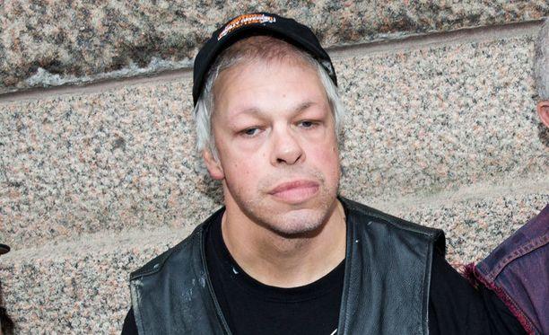 Kari Aalto laulaa Pertti Kurikan nimipäivät -punk-yhtyeessä, jonka kaikki jäsenet ovat kehitysvammaisia.