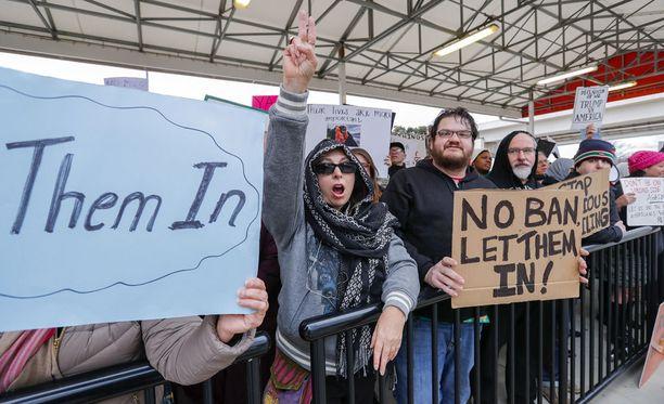 Yhdysvalloissa on ollut laajoja mielenosoituksia Trumpin asettamaa maahantulokieltoa vastaan.
