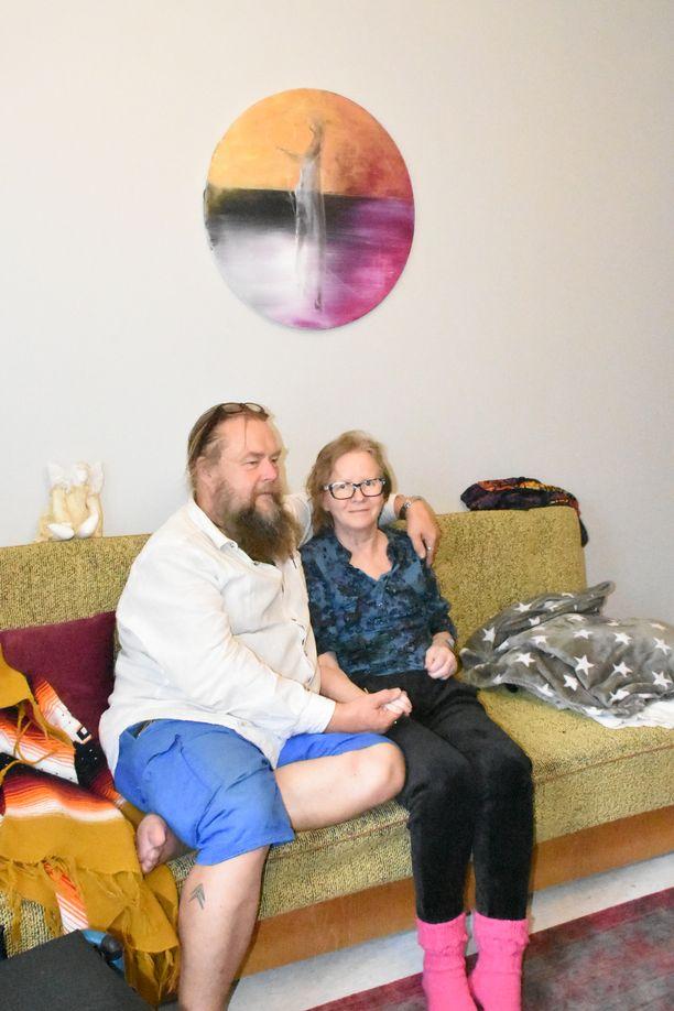 Juuso-puoliso on ollut Kaija Juurikkalan tuki ja turva vuosien ajan. Aivoinfarkti on koetellut koko perhettä.