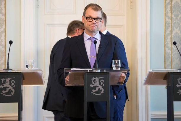 Jos työmarkkinajärjestöt eivät hyväksy hallituksen yhteiskuntasopimusmallia, hallitus uhkaa yhteensä miljardin euron lisäleikkauksilla ja lähes 500 miljoonan veronkiristyksillä.