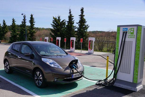Paimion Tammisillan ABC on sähköautoilijan keidas. Huoltoasemamarketin pihalta löytyvät sekä Liikennevirran että Fortumin (kuvassa) pikalaturit ja bonuksena Teslan Supercharger asema.