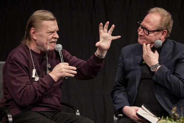 Vesa-Matti Loiri ja Jari Tervo keskustelivat uutuuskirjasta ja Loirin elämästä. Kaksikolla näytti olevan hauskaa.