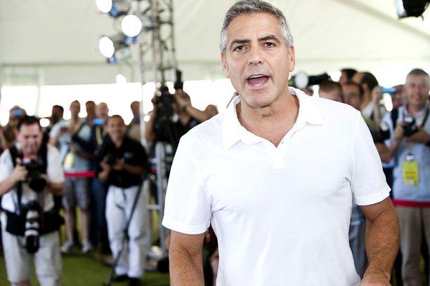 Supertähti George Clooney ihmettelee poliitikkojen typeryyttä.