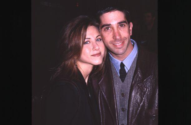 Jennifer Aniston ja David Schwimmer iskivät silmänsä toisiin sarjan kulisseissa.