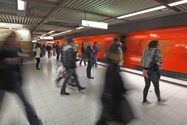 Henkilöä etsittiin metroasemilla Helsingissä.