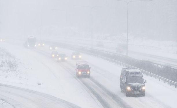 Lumisade heikentää näkyvyyttä Helsingissä. Kuvituskuva.
