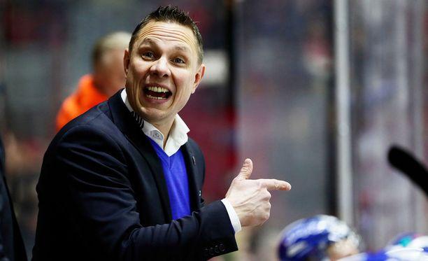Jussi Tapola muokkasi kokoonpanoja tappiollisen pudotuspeliavauksen jälkeen.
