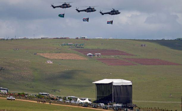 Kolme helikopteria lensi yli paikan, johon Nelson Mandela haudattiin.