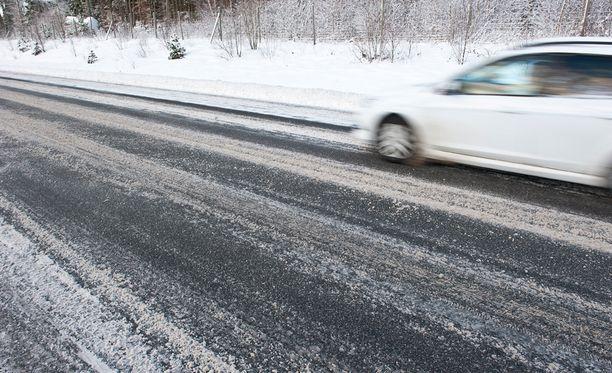 Ilmatieteen laitos varoittaa huonosta ajokelistä etenkin eteläisessä Suomessa.