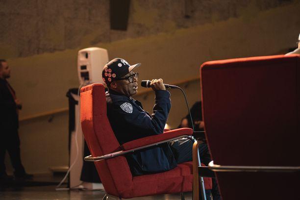 Palkittu ohjaaja Spike Lee saapui Suomeen tänään ja lentää takaisin Amerikkaan jo huomenna.