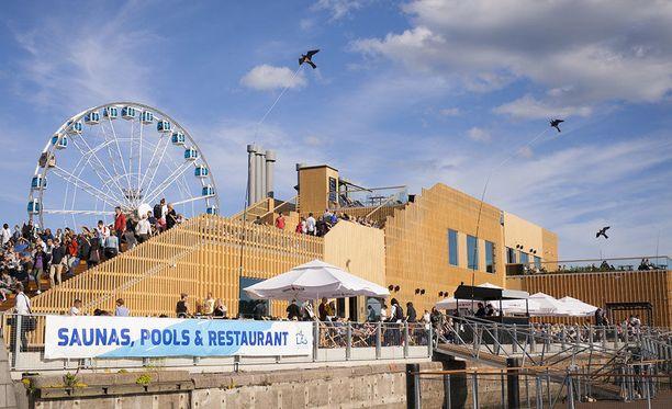 Allas Sea Poolin vieressä on Katajanokan maailmanpyörä eli SkyWheel Helsinki. Kansainväliselle medialle tulee työskentelytiloja ylimpiin kerroksiin.