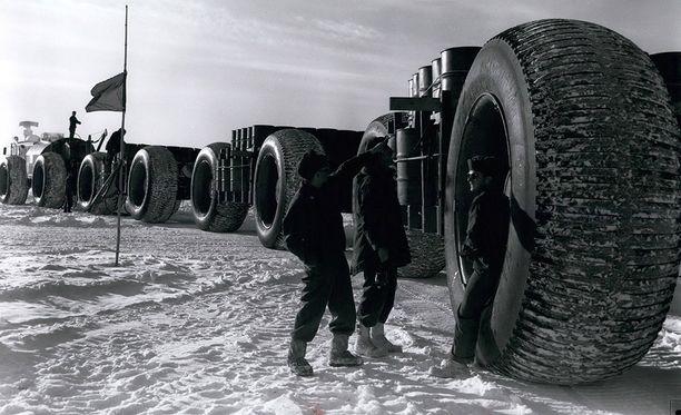 """Camp Century rakennettiin vuonna 1959. Tarvikkeet kuljetettiin paikalle valtavilla """"jääjunilla""""."""